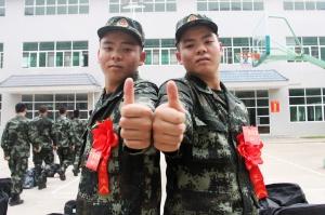 """高清:""""双胞胎""""新兵入营共圆军旅梦"""