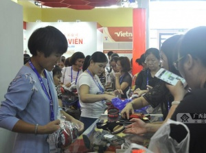 东博会越南馆探馆:越南拖鞋受好评(组图)