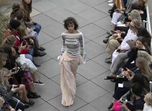 Roland Mouret品牌亮相2019伦敦春夏时装周