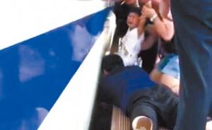 17日焦点图:千钧一发 众人死亡线上救出三岁女童