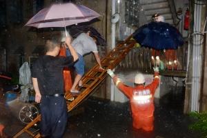 河池金城江10名群众被积水围困 消防紧急转移(图)