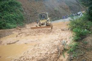 凤山境内一道路塌方致交通中断 公路部门抢通(图)