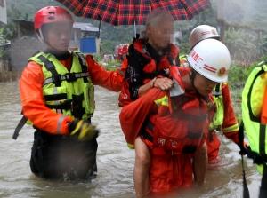 积水围村1米深 河池消防紧急转移2名被困老人(图)