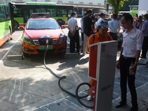 31个新能源车充电桩亮相南宁