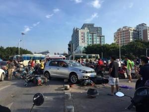 突发:桂林一小汽车撞向等红绿灯人群 造成8人受伤