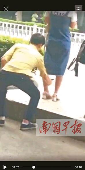 梧州一男子偷拍女生裙底 市民拍下他的劣行(图)