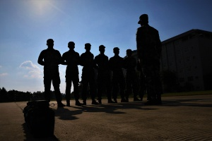 头顶烈日练军姿 武警新兵开展适应性训练(组图)