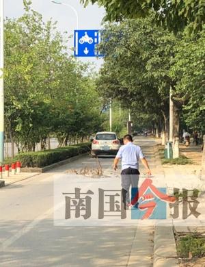 中年男被老婆赶出门 竟停车在非机动车道上做傻事