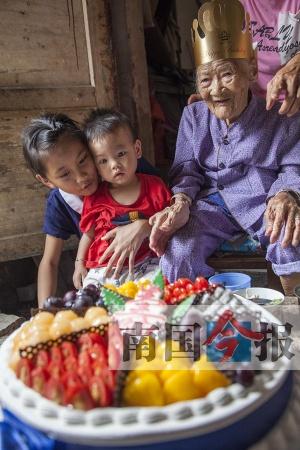 长寿!柳州103岁老寿星庆生 五代同堂其乐融融(图)