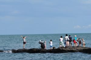 高清:暑期旅游旺季后 涠洲岛众多景点仍人头攒动