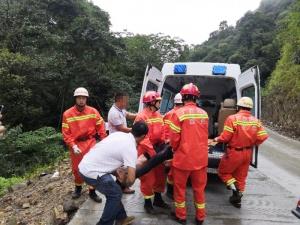 皮卡与摩托车相撞后翻下30米山坡 致2人受伤(图)