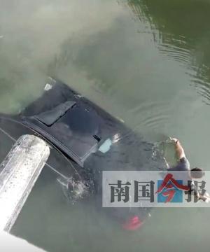 司机因打个盹驾车冲下河 反应迅速爬出驾驶室(图)