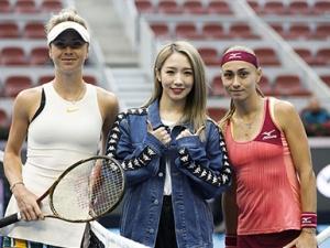 孟美岐现身中国网球公开赛 挥拍灿笑秀发飞扬