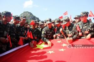 广西:武警新兵开展与国旗合影等主题教育活动