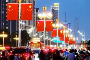 南宁:五星红旗扮亮民族大道 国庆节日气氛浓厚