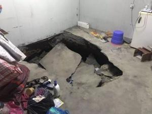 10月6日焦点图:工地宿舍地面塌陷 五人瞬间掉进坑