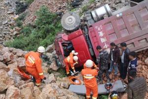 隆林一辆泥头车翻下15米山坡 消防紧急救援(组图)