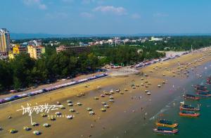 航拍2018年国庆节防城港海滩游人踏浪