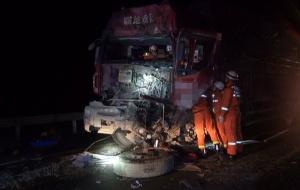兰海高速两货车追尾 后车车头变形司机受伤被困