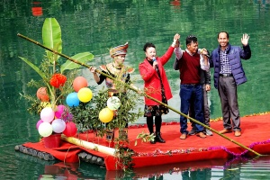 """第三代""""刘三姐""""唐佩珠回乡献歌与乡亲欢度重阳节"""