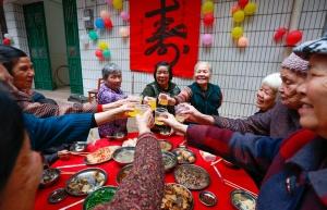 柳城县凤山镇100多名老人欢庆重阳节(图)
