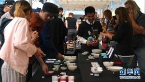 特写:陶瓷集市里来了一群文化使者