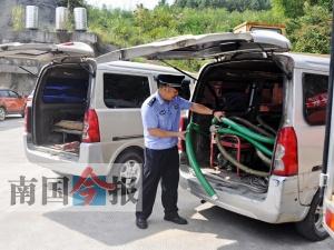 团伙非法销售汽油 警方:改装加油车如