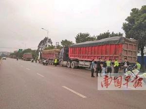 南宁:超载货车大清早偷偷上路被交警查个正着(图)
