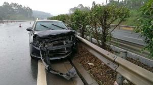雨天路滑车速快 小车打滑撞上高速路中央护栏(图)