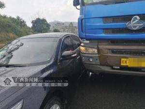 视觉盲区惹祸 大货车变道不慎与小车发生碰撞(图)