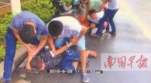 南宁:毒贩白天马路边交易 民警埋伏冲出抓个现行