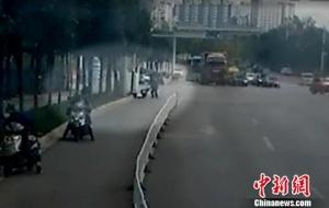 昆明一歹徒持刀砍人 民警3分钟赶到现场制服(图)