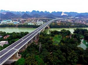广西路建集团承建马平高速那厘右江特大桥