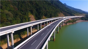 广西路建集团承建的梧州至柳州高速公路枫木界1#大桥