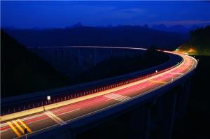 广西路建集团承建六寨至河池高速公路拉会大桥夜景