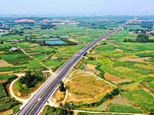 高清:吴圩至大塘高速公路穿行青山碧野 宛若巨龙