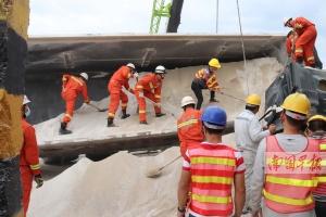 货车侧翻惹祸 消防人员卸沙救出被困司机(图)