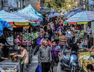 高清:探访南宁双孖井市场 迷宫般的集市