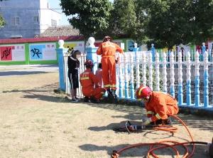 贵港一名8岁女童头部被卡护栏 消防将其救出(图)