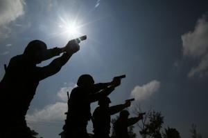 实拍武警特战队员开展野外实弹射击训练(组图)
