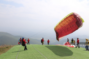 """钦州:滑翔伞定点赛带你体验""""飞翔盛宴"""""""