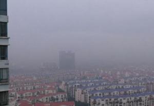 高清:贵港出现轻雾天气 能见度不足2公里