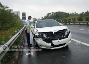 车轮打滑 司机操作不当车辆撞上高速路护栏(图)