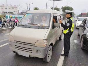 银河开户交警查处18起违法行为 开车不系安全带都要罚
