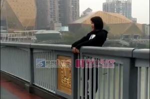 柳江大桥上一名年轻女子跨出栏杆欲轻生跳桥(图)