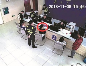 15日焦点图:女子涉嫌诈骗 整容后想逃过警方追查