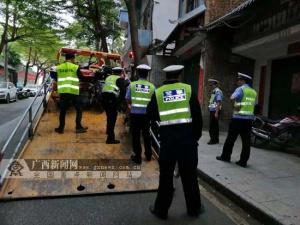 田林交警对两轮摩托车乱停乱放行为进行集中整治