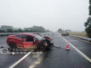 泉南高速两小车相撞 事故致车辆受损四人受伤(图)