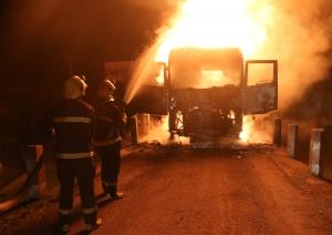 河池宜州一货车行驶中突然起火 火苗蹿起近5米高