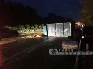道路湿滑车速快 司机操作不慎货车失控侧翻高速路